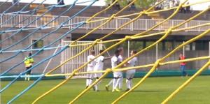 Davide Mastaj festeggiato dopo il primo gol in Parma-Como