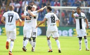 siligardi festeggiato dai compagni dopo il gol in genoa parma